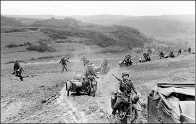 http://www.historyplace.com/worldwar2/defeat/attack-france-infantry.jpg