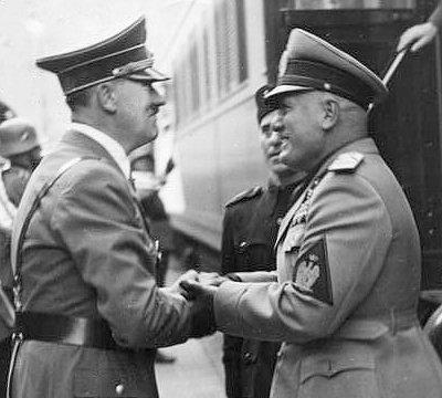 Mussolini et Hitler. Monumentalité et propagande totalitaire:.Adolf Hitler et extraterrestre: Photographie montrant une rencontre entre Adolf Hitler et.